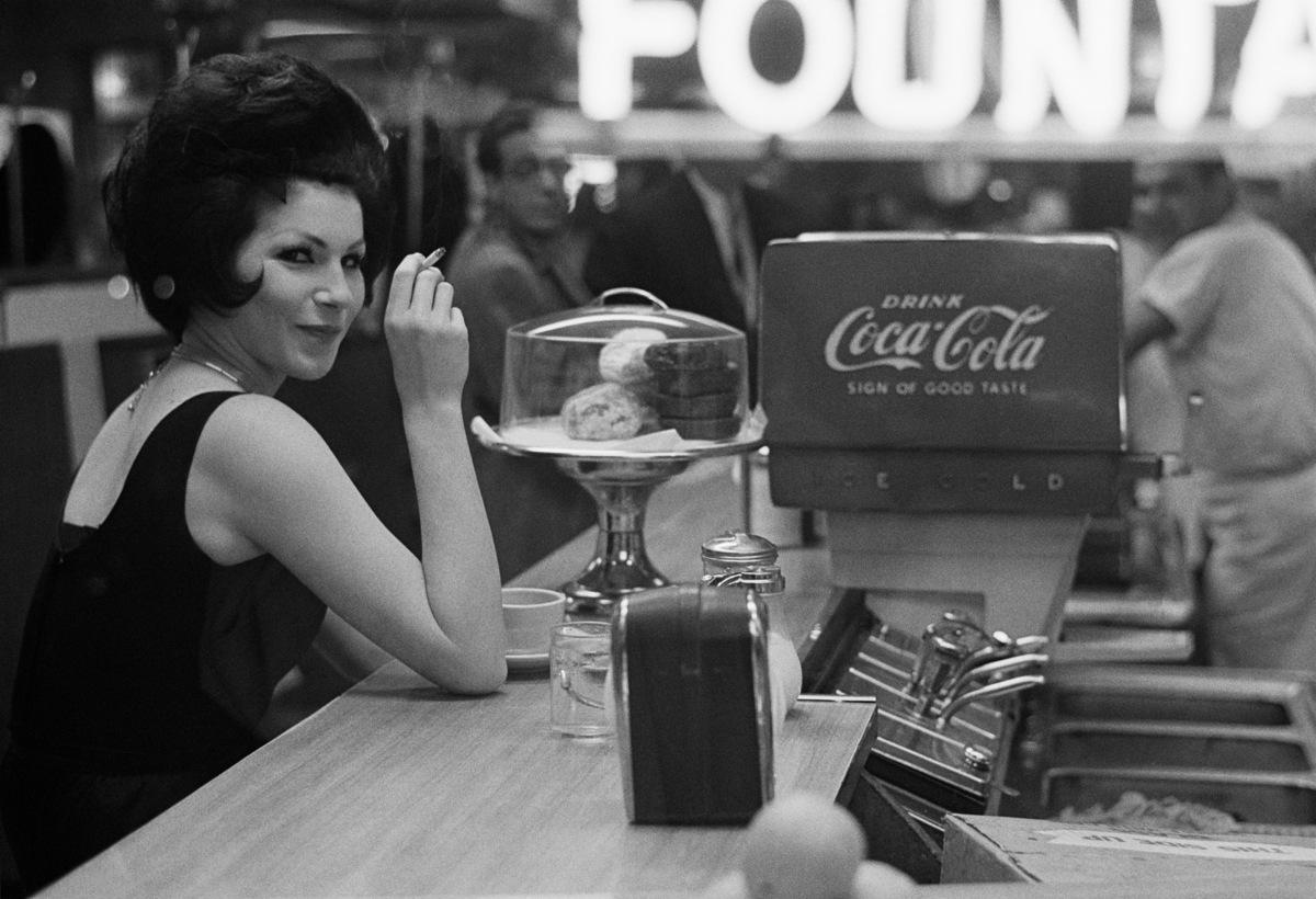 Joel Meyerowitz mujer con maquina de coa cola