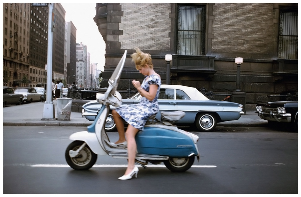Chica en moto vespa de Joel Meyerowitz
