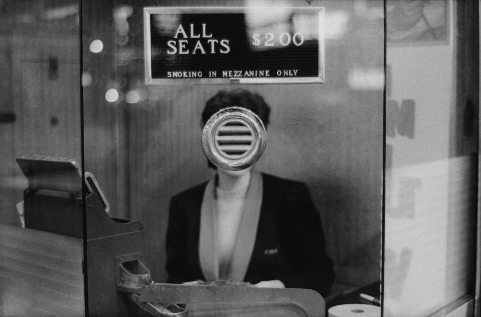 Mujer en la taquilla de un cine de Joel Meyerowitz
