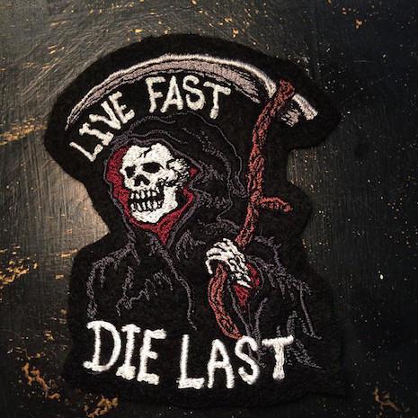 pache de ropa con calavera de la muerte