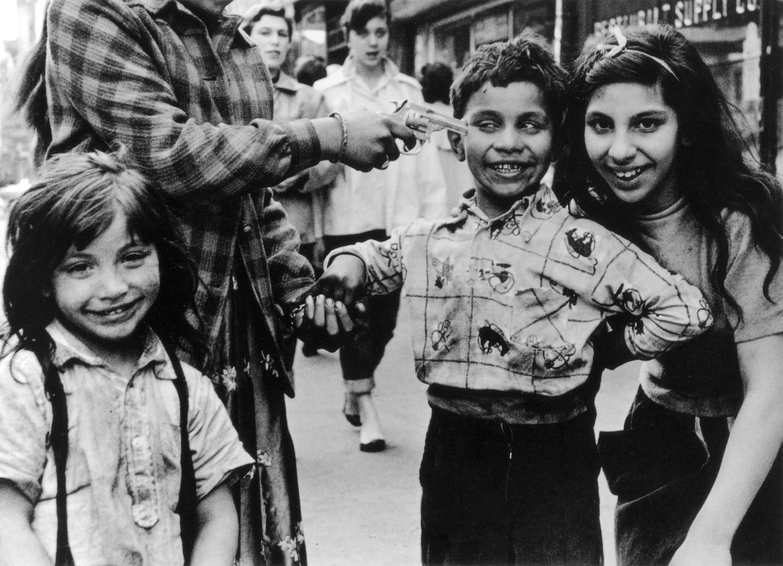 RobertFrank-fotografia, niño apuntado con una pistola