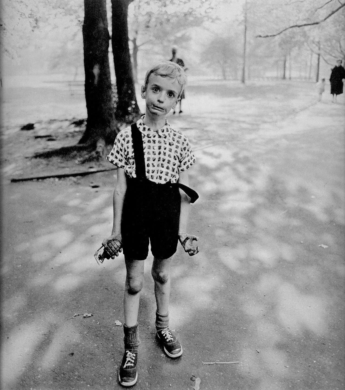 Niño haciendo muecas fotografiado por Diane Arbus