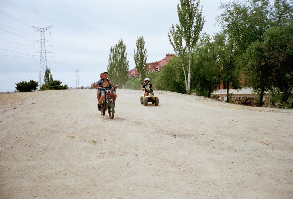 Chicos en motos por el barrio de orcasur, madrid