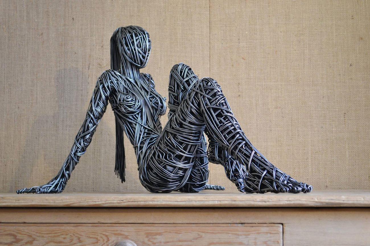 escultura humana a tamaño real hecha a base de alambre y metales
