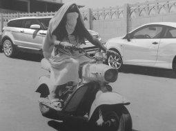 mujer argelina en una moto futursita
