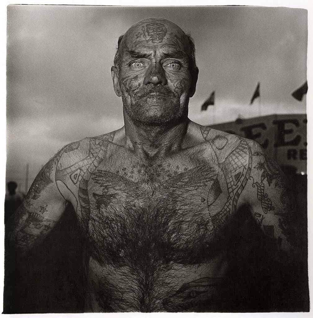 Carnaval de maryland, hombre forzudo fotografiado por diane Arbus