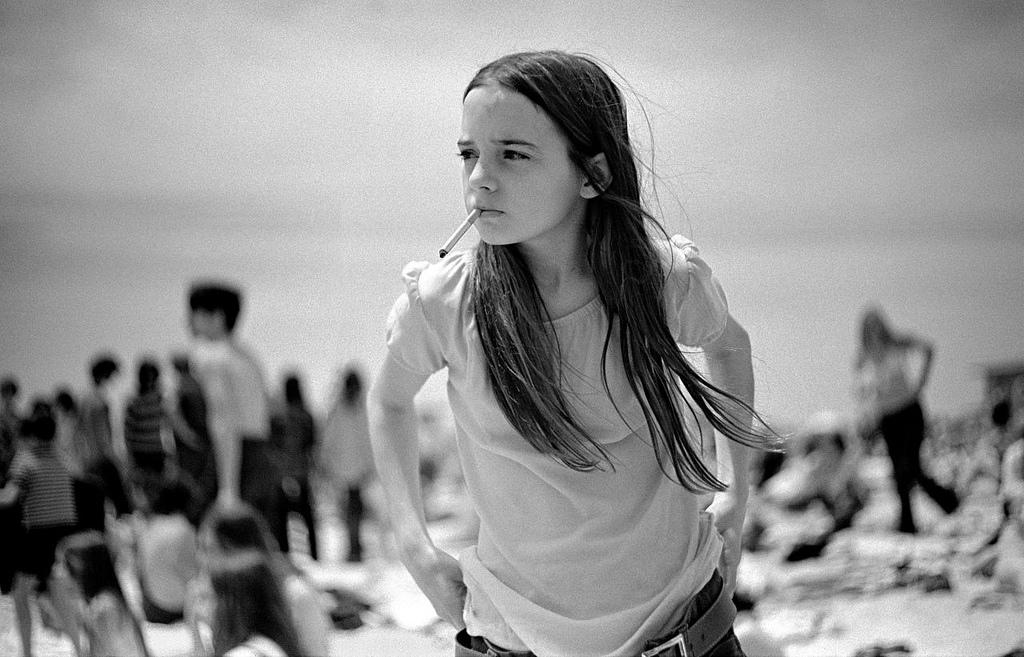 niña fumando fotografiada por Joseph Szabo