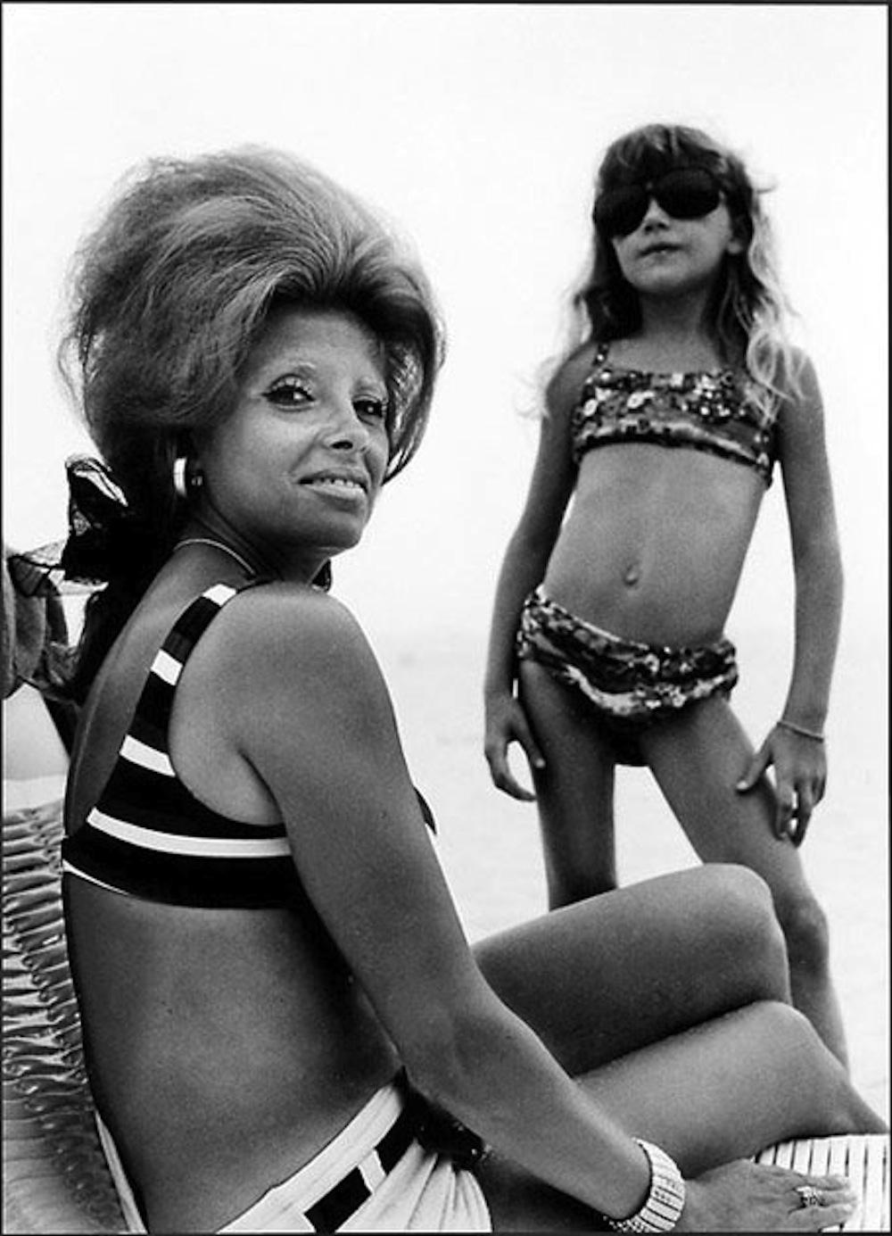 Madre e hija fotos en la playa por Joseph Szabo
