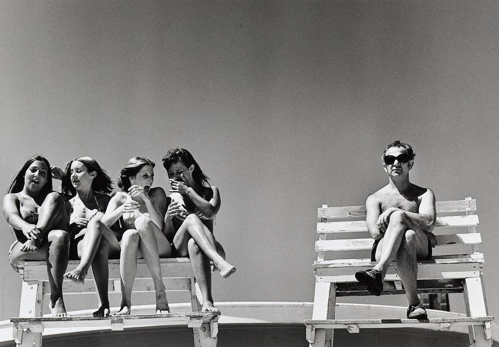 Fotografía surreal de chicas y hombre por Joseph Szabo