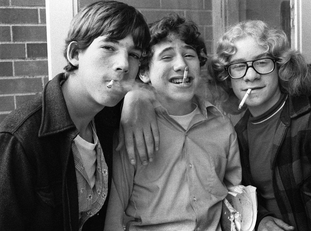 Chicos jovenes de los años 60 fumando, fotografía de Joseph Szabo