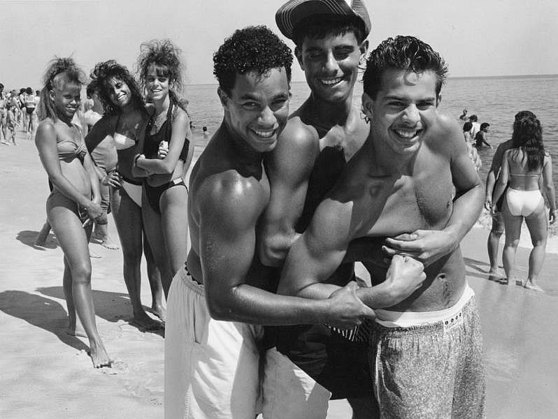 Grupo de adolescentes posando en la playa en los años 60