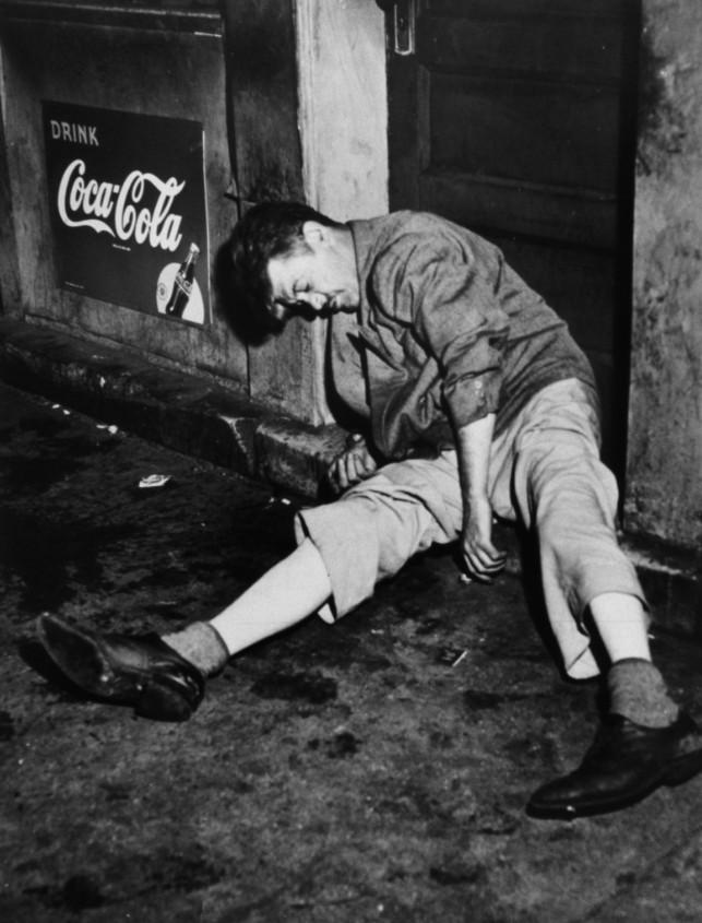 Asesinato frente un bar, fotografiado por Weegee