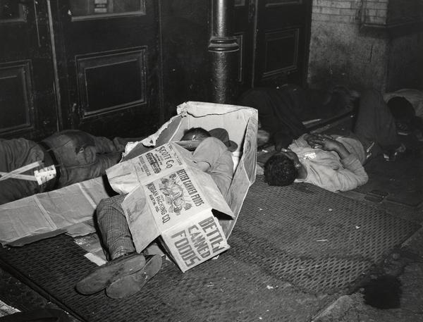 Vagabundos durmiendo entre cartones y perodicos, fotografía de weegee