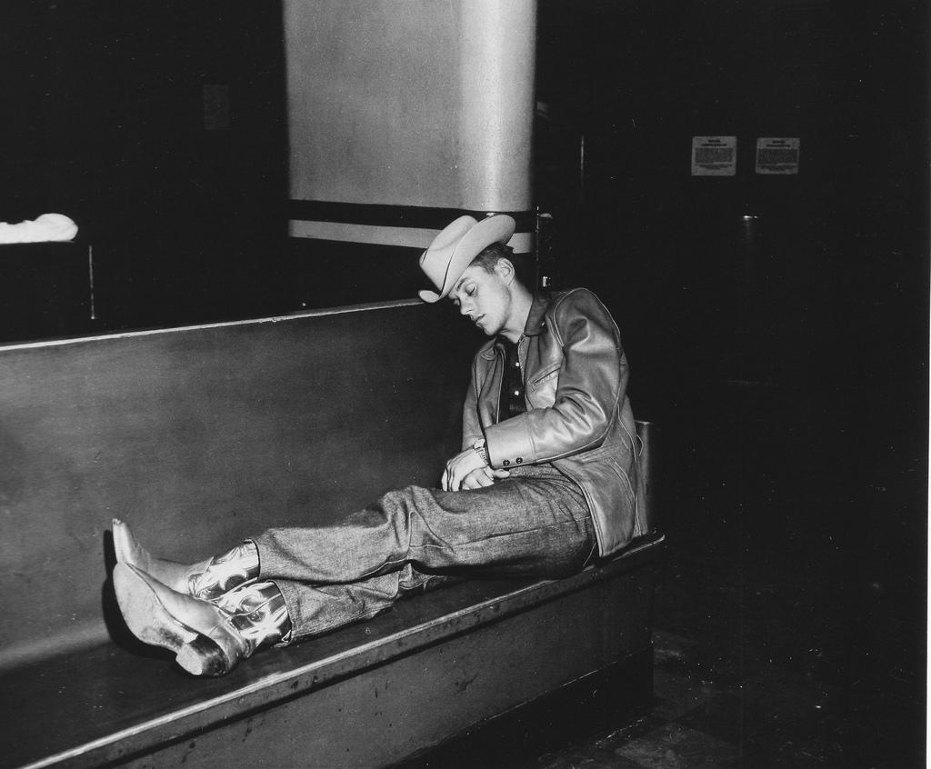 Cowboy durmiendo en un banco. Fotografía de weegee