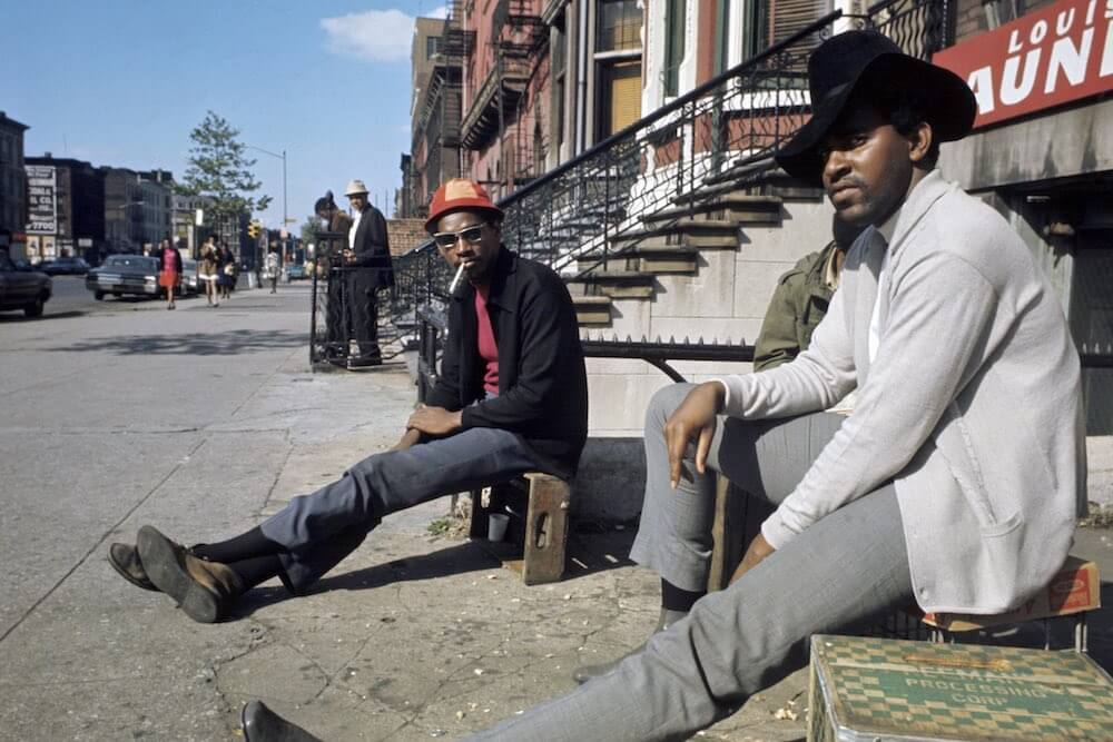 Harlem: The Ghetto. New York City- Harlem- juillet 1970: le ghetto; deux hommes sans activitÈ, assis sur des cageots, dans une rue. (Photo by Jack Garofalo/Paris Match via Getty Images)