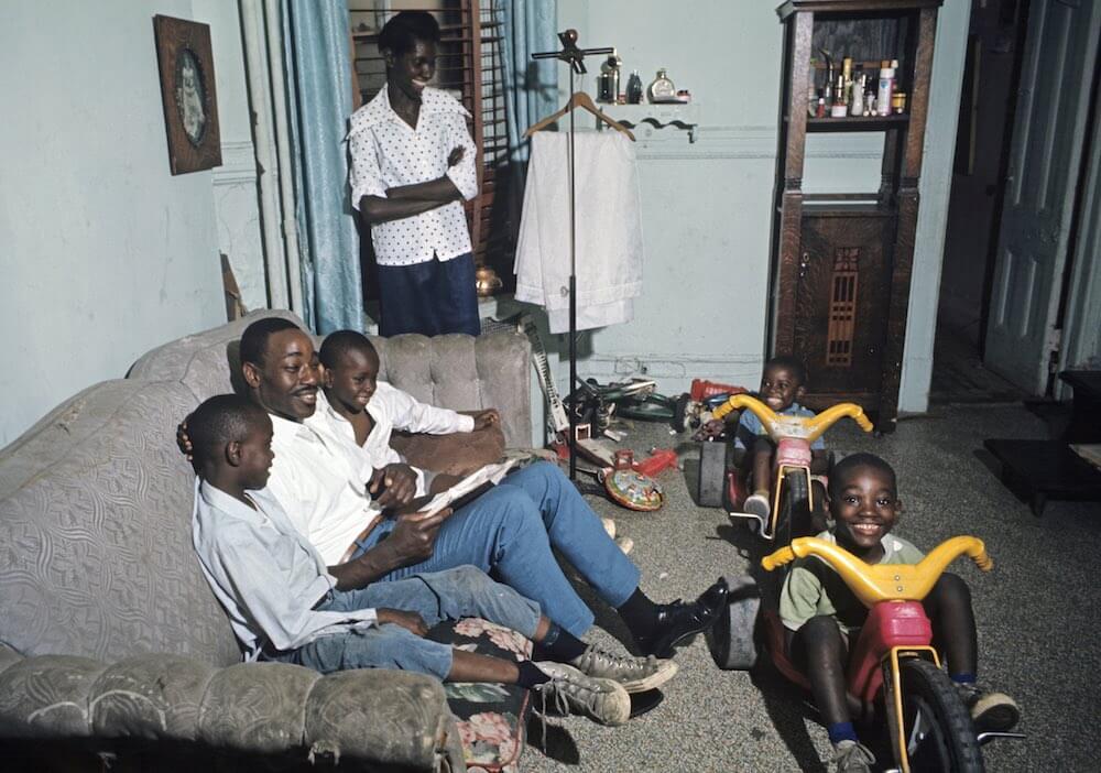 Harlem: The Ghetto. New York City- Harlem- juillet 1970: le ghetto; Billy privilÈgiÈ (boucher), sa femme et ses enfants dans leur deux piËces d'un immeuble dÈlabrÈ de la 8Ëme avenue. (Photo by Jack Garofalo/Paris Match via Getty Images)