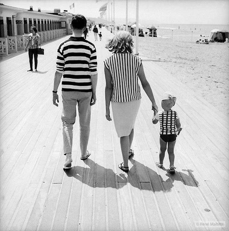 Rene-Maltete, fotografía de familia paseando por la playa