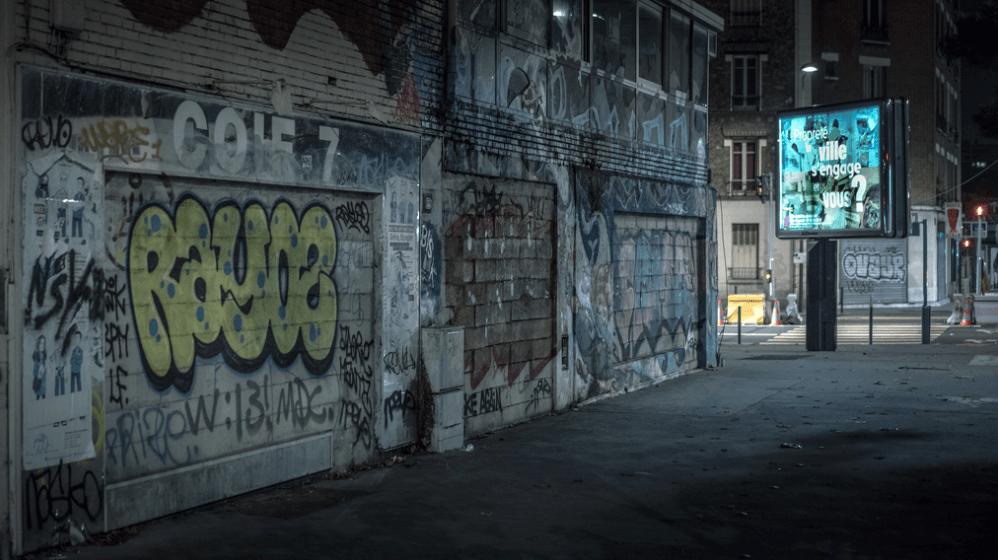 suburbio con graffiti en paris