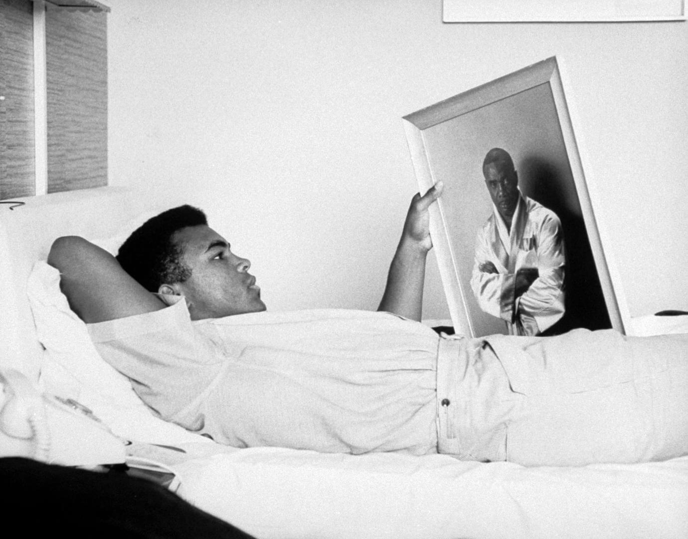 Cassius Clay tumbado en la cama
