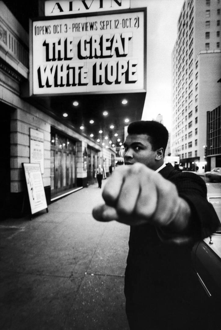 mohamed ali fotografiado en broadway new york