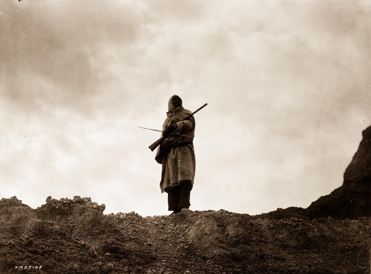 Indio nativo americano en lo alto de una montaña