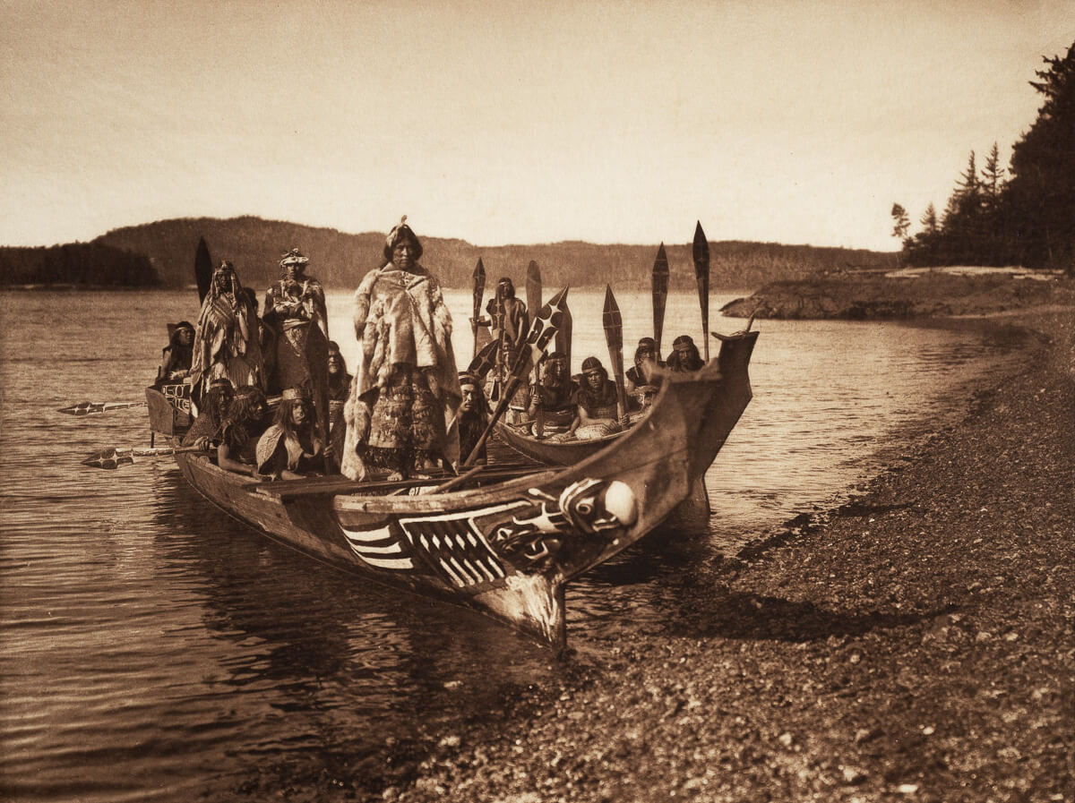 Indios americanos llegando en canoa