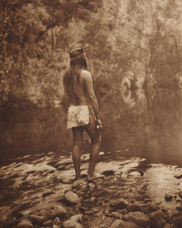 Indio nativo norteamericanos en 1907 en un río