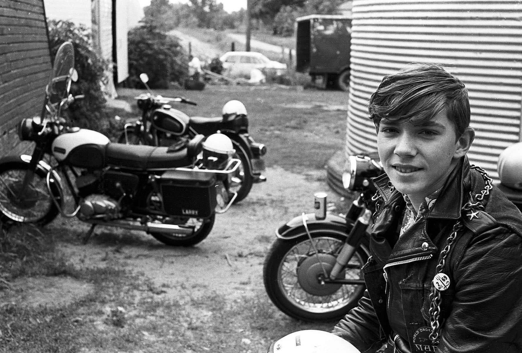 Chico con su moto