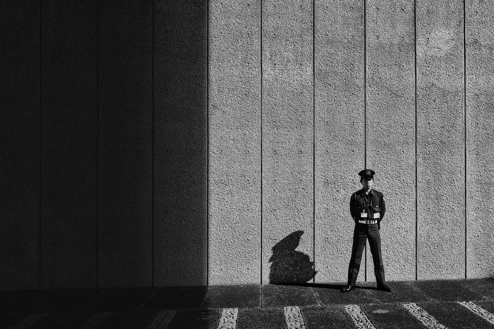 Policia de la ciudad de tokio fotografiado en blanco y negro
