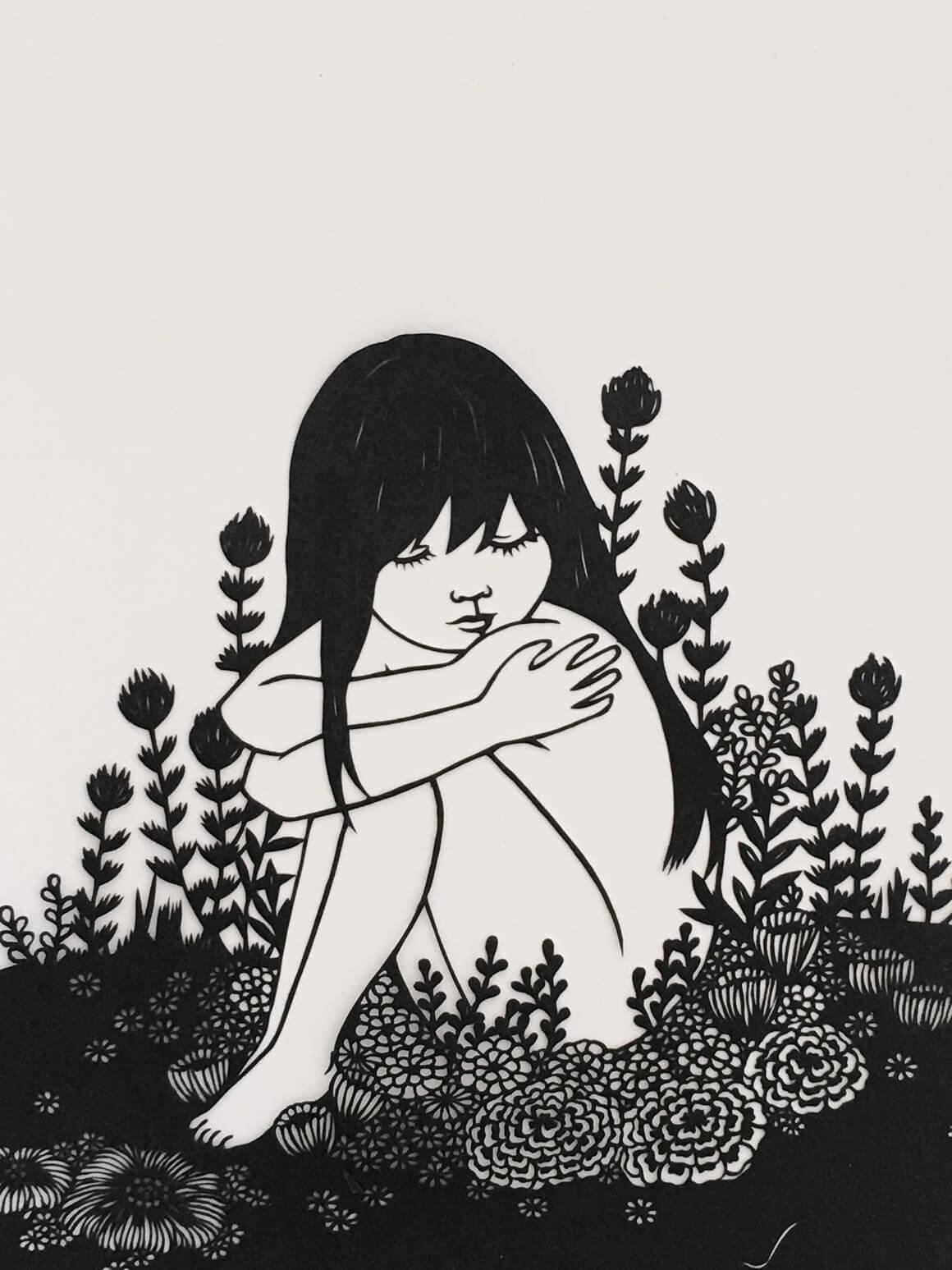 niña entre hierba hecha con papel recortado por Kanako Abe