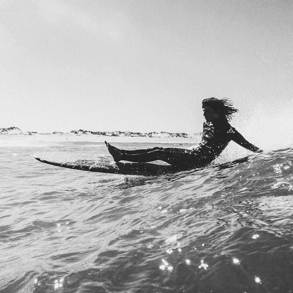 fotografia de chico surfeando una ola