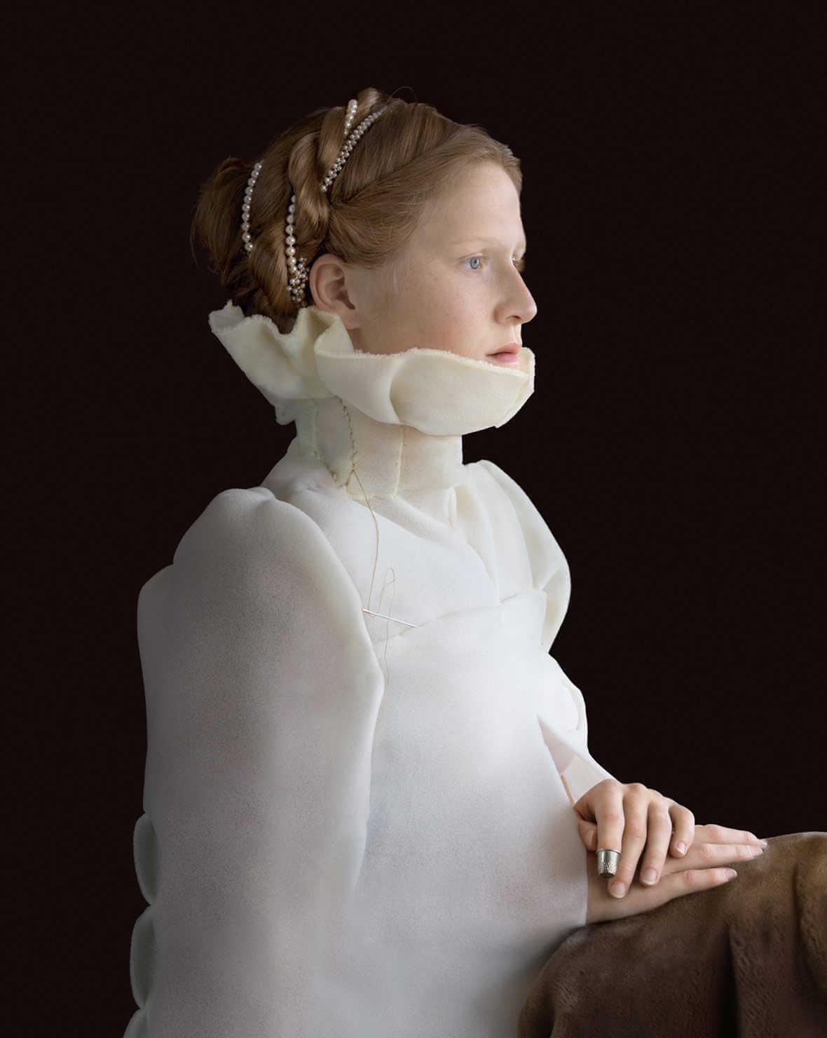 fotografía de mujer vestida con materiales reciclables imitando pintura renacentista
