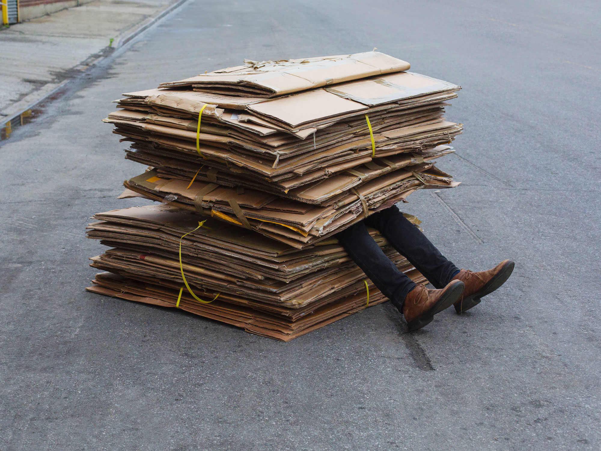 foto de hombre aplastado por cartones