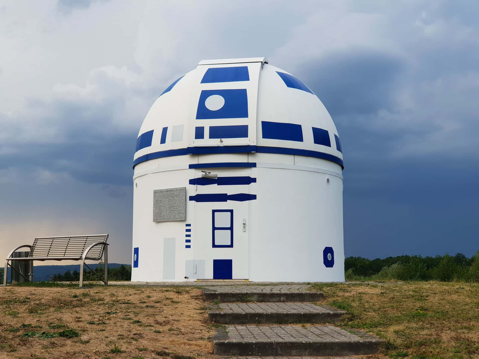 Fachada del observatorio de observatorio de Zweibrücken en alemania pintado de r2d2