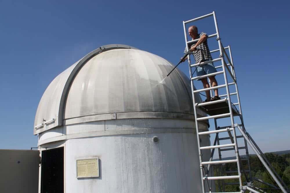 Hubert Zitt pintando el observatorio de Zweibrücken como si fuera el androide de star wars r2d2