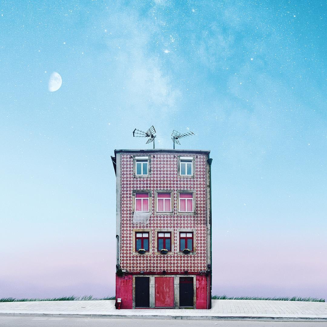 edificio solitario con antenas y luna