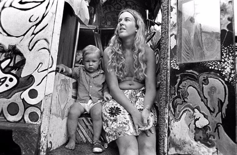 mamá con hijos en woodstock