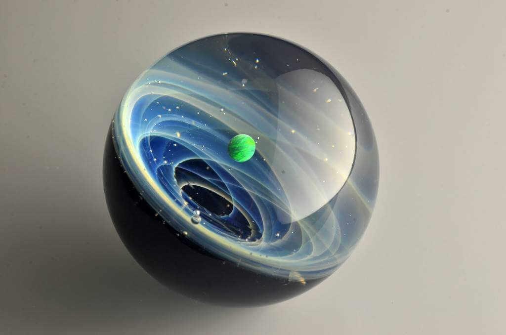 sistema solar con planeta dentro de un trozo de cristal de murano