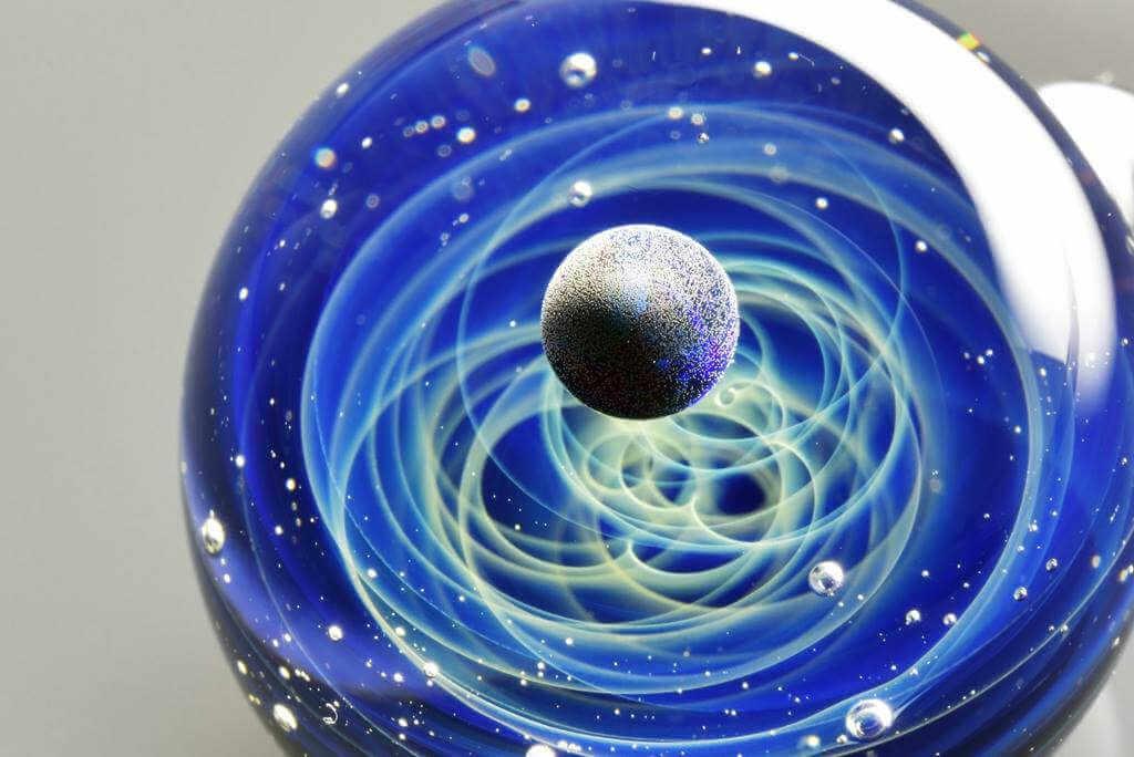 planeta girando dentro de una esfera de cristal de murano