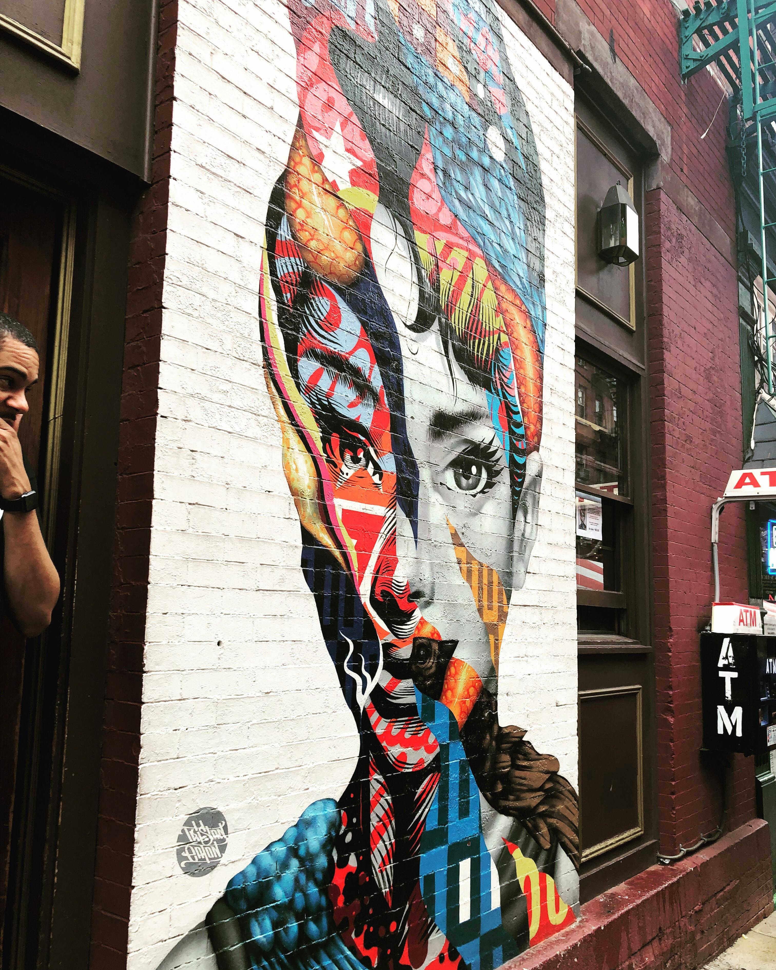 katharine hepburn en little italy de new york por Tristan Eaton
