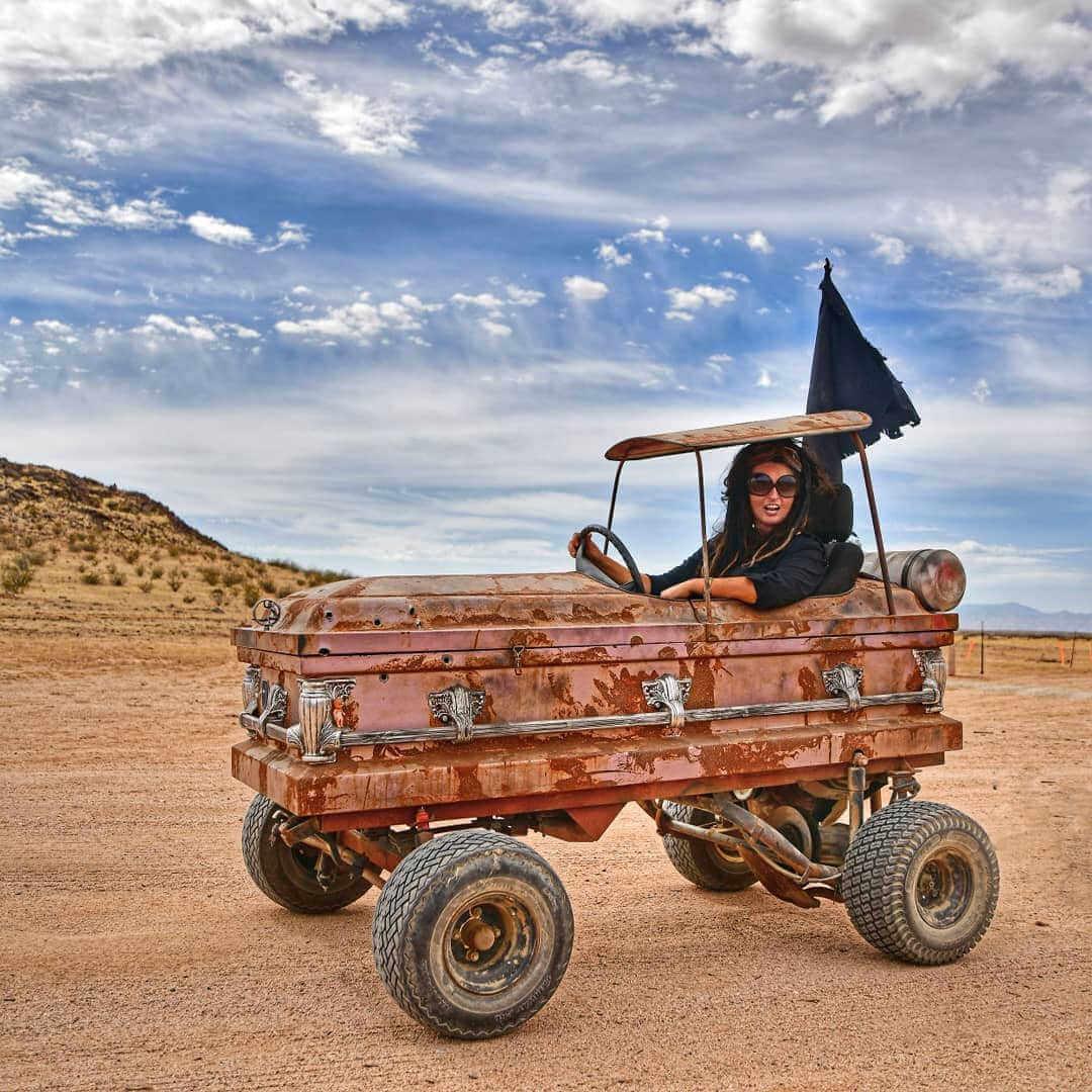 chica en coche ataud en el wasteland weekend