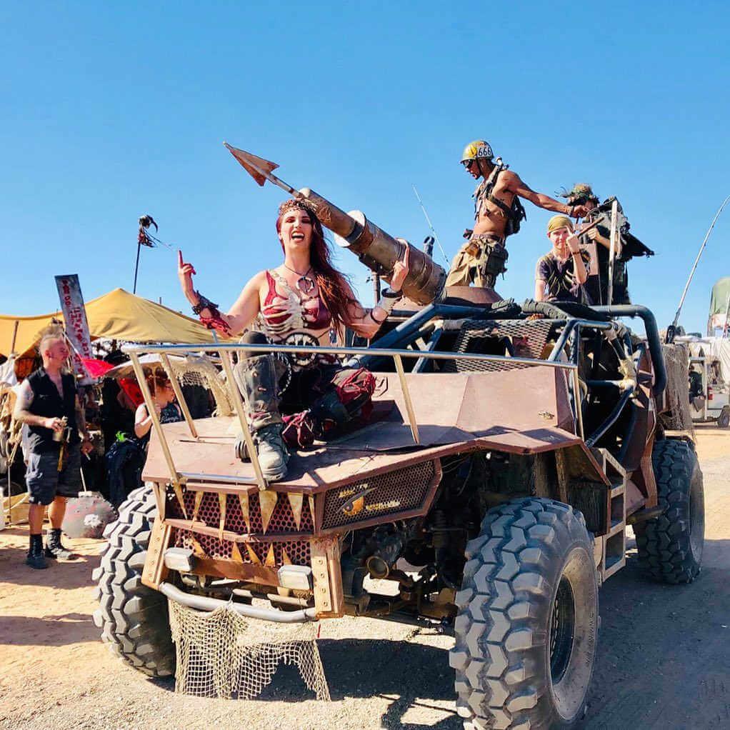 chica sobre camioneta post apocaliptica en el wasteland weekend