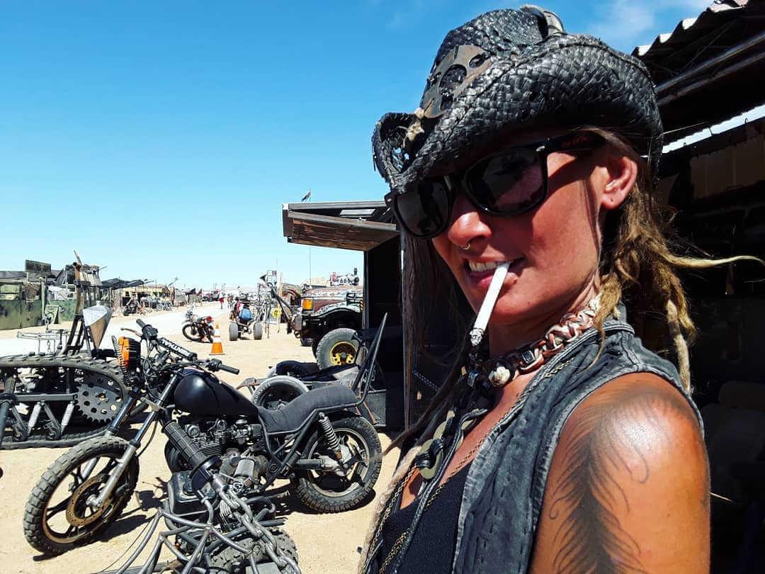 chica fumando en el festival wasteland weekend