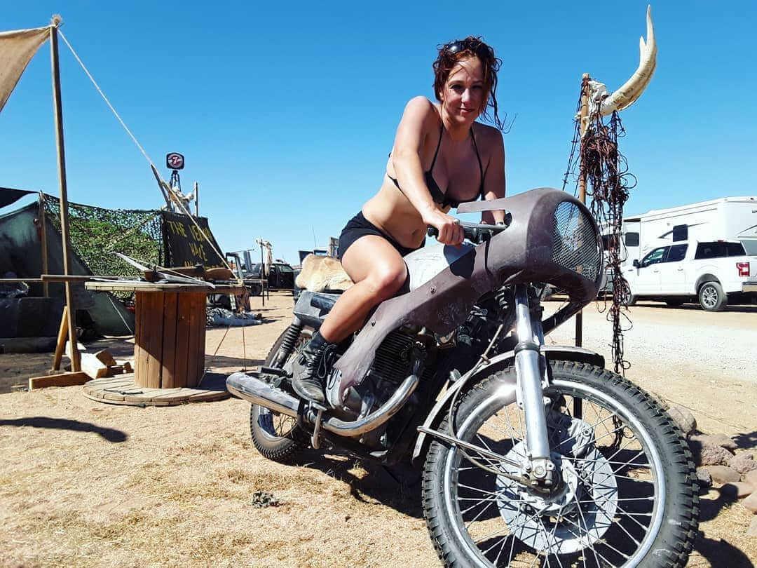 chica en una moto en el wasteland weekend