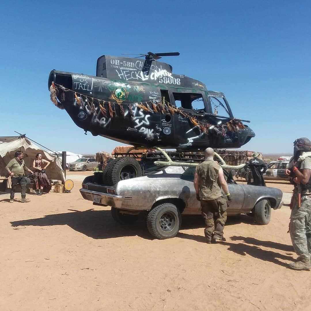 coche con helicoptero en el wasteland weekend festival