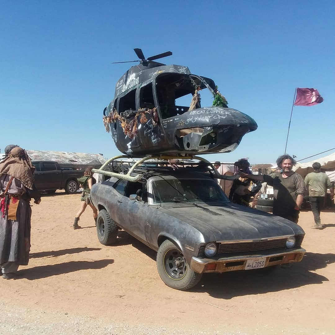 coche transportando un helicoptero derribado en el evento wasteland weekend