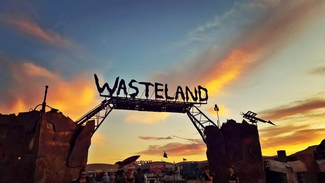 arco de entrada del festival wasteland