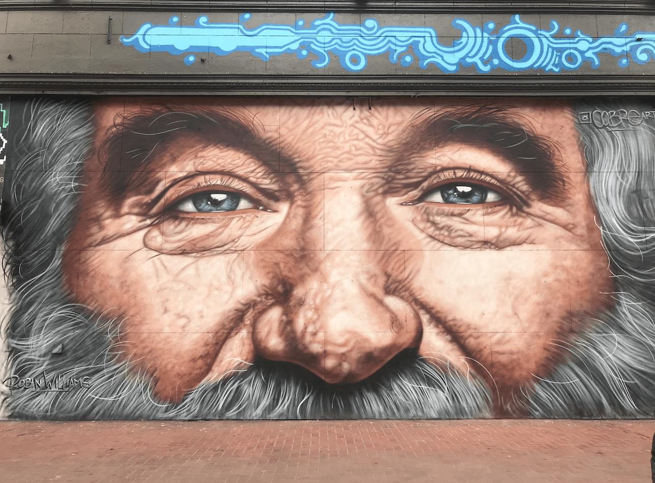 Mural grafitti de Robin Williams por cobre
