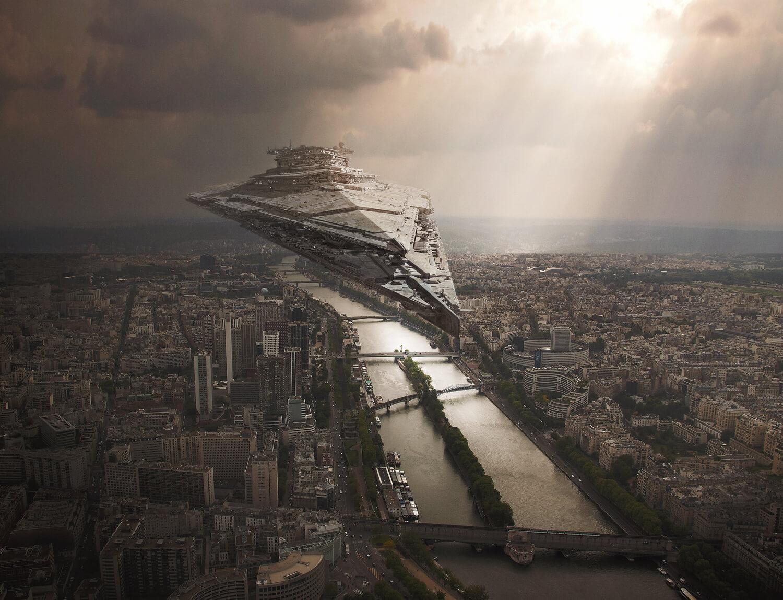El Halcón milenario sobrevolando París Foto montaje