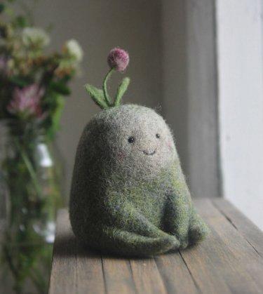 juguete muñeco hecho de lana